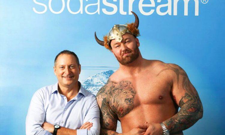 "Daniel Birnbaum, CEO de SodaStream y Thor Bjornsson alias ""The Mountain"". figura de Game of Thrones."