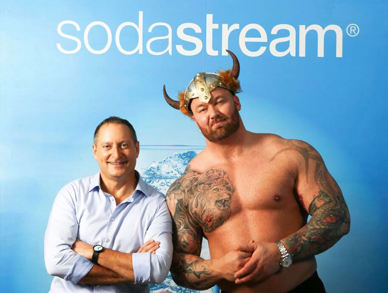"Daniel Birnbaum, CEO de SodaStream y Thor Bjornsson alias ""The Mountain"". figura de Game of Thrones."